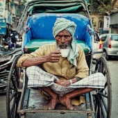 """Rickshaw wala drinking the traditional indian tea called """"Masala chai""""; it is made by boiling black tea in milk and water with a mixture of aromatic herbs and spices, and adding sugar. Also known to have some health benefits. Everybody is drinking it in India all day long, you can find some """"Chai wala"""" everywhere in streets. You can find the exact recipe on our website: www.lappartementbynanaki.com, and we have put some variations too. . . . #traditionalindiantea#chaiwala#masalachai#blacktea#blactteawithspices#healthbenefits#sweettea#masala#chaibreak#alldaylong#breakfast#cardamom#chátradicionalindiano#chádoce#chápreto#tasteit#teatime#tealover#teaaddict#weloveit#lappartementbynanaki#lecomptoirdalex#lisbon#portugal"""